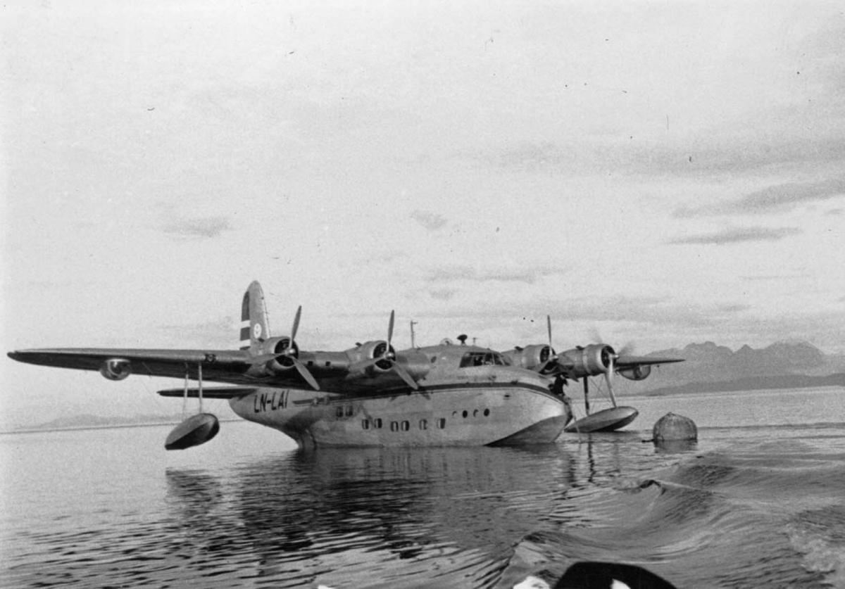 """Ett fly på havet fortøyd i bøye, Short S. 25 Sandringham Mk. 6 (SH62C) LN-LAI """"Jutulen""""."""