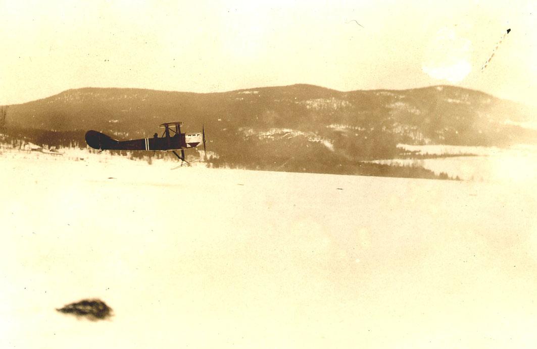 Åpen plass, lufthavn. ett fly, med skiunderstell, lander, F.F.9 Kaje nr 41. Snø på bakken.