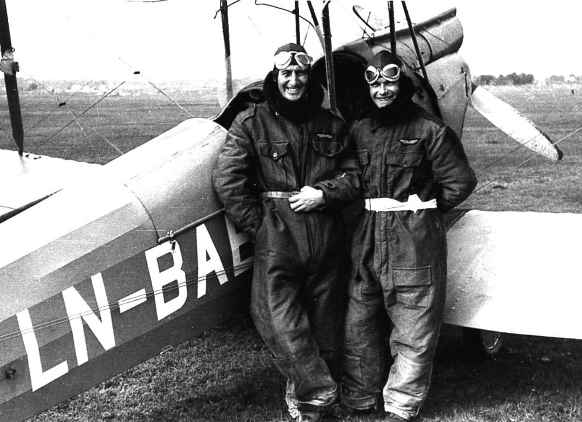 Portrett, to flygere  lent mot ett fly, De Haviland DH 60M Moth LN-BAE.