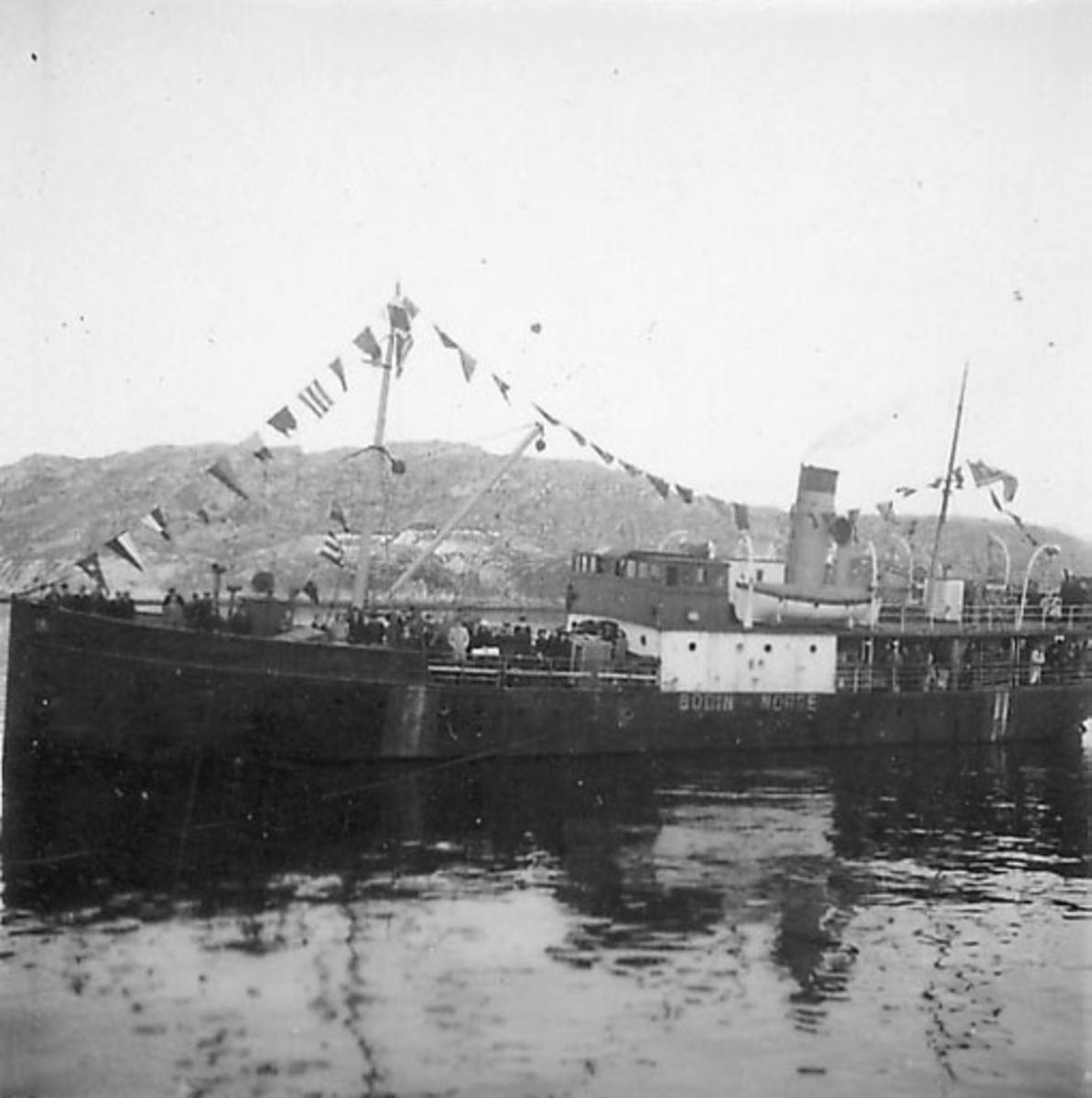 Fartøy, En dampbåt, DS Bodin, S.D.S. Pyntet med vimpler/flagg. Mange personer på dekk. Ant. like etter frigjøringa, krigen 1940 - 1945.