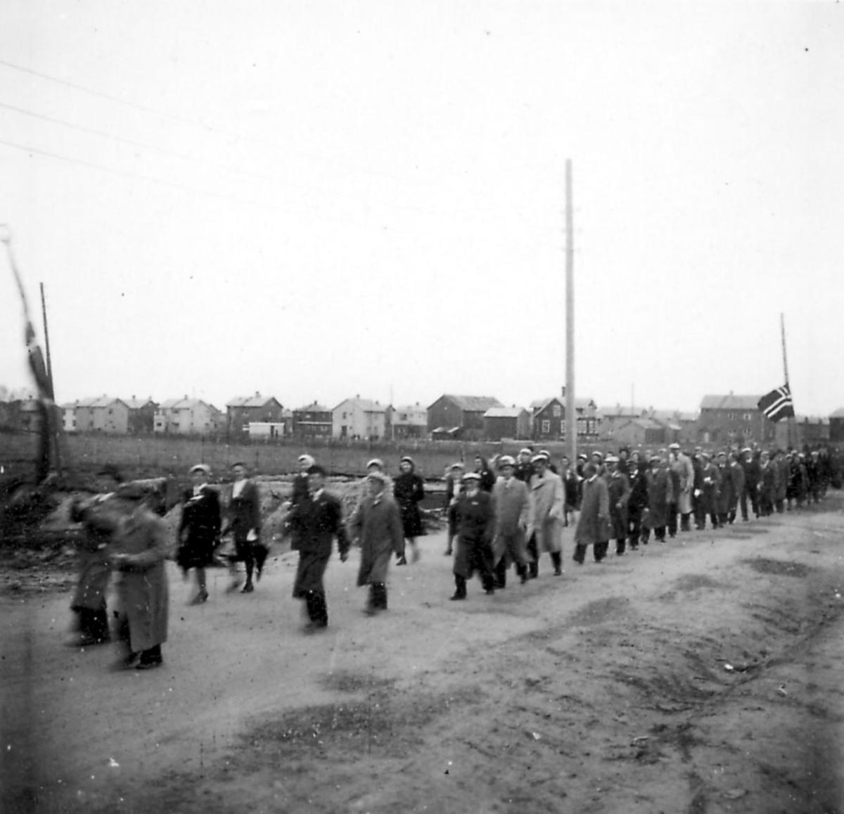 Frigjøringsdagene i Bodø etter krigen 1940 - 1945. Mange personer går i tog.