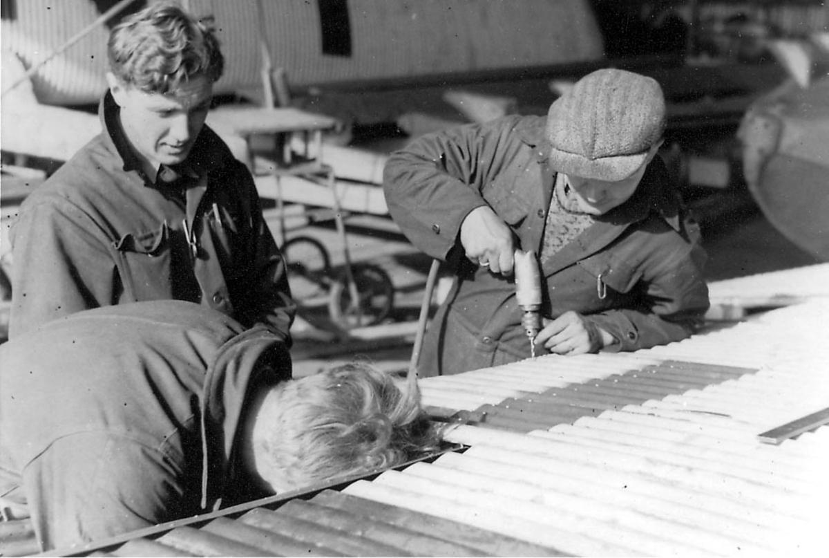 Lufthavn, ettersyn, tre personer, mekanikere, i arbeid på ett fly, Junkers Ju 52/3mg2e.