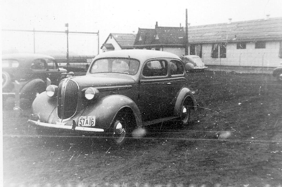 Noen biler, bilen i forgrunnen er en Plymonth 1938 mod.
