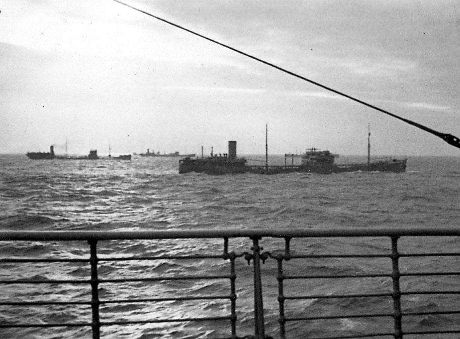 Tre fartøy på åpent hav. Bildet tatt fra annet fartøy.