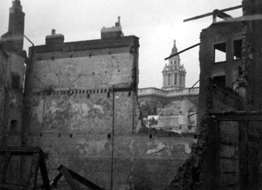 Ruin av bygning. Muligen kirketårn i bakgrunnen.