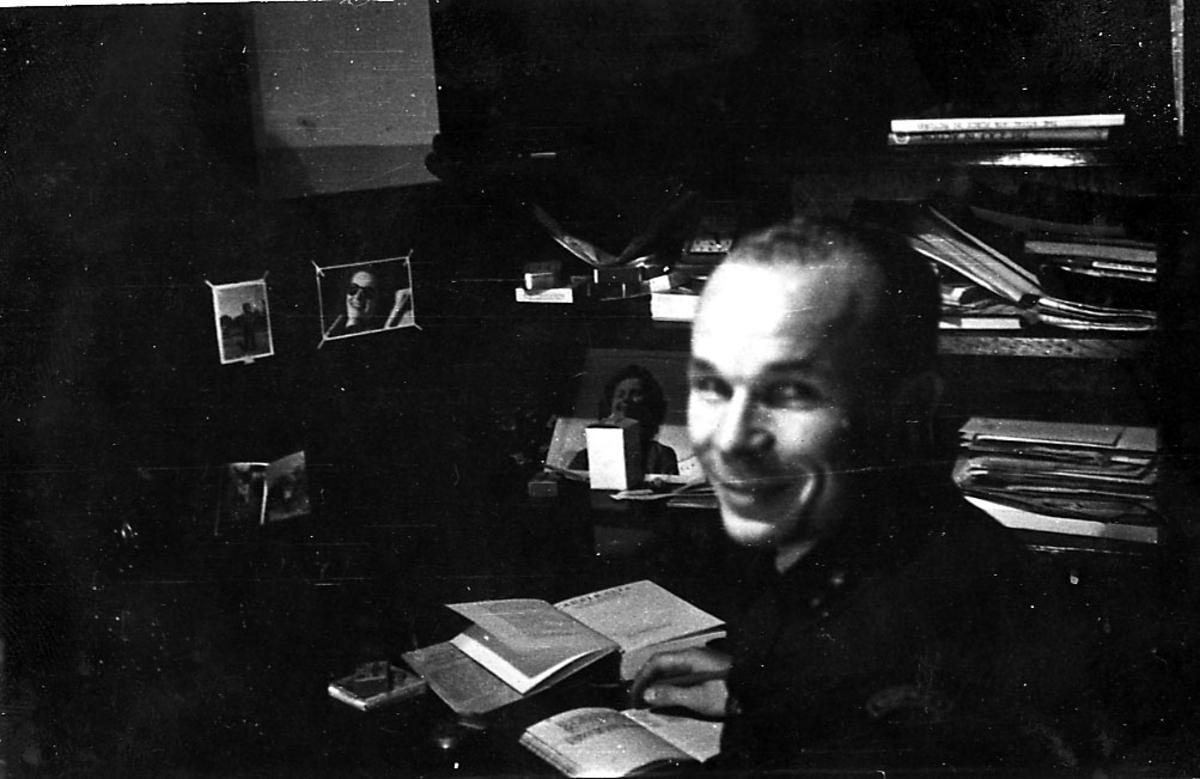 Portrett, en person, militær, i militæruniform sitter inne på et kontor e.l.