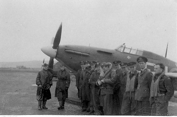 Portrett, noen personer, militære, i uniform, foran et fly.
