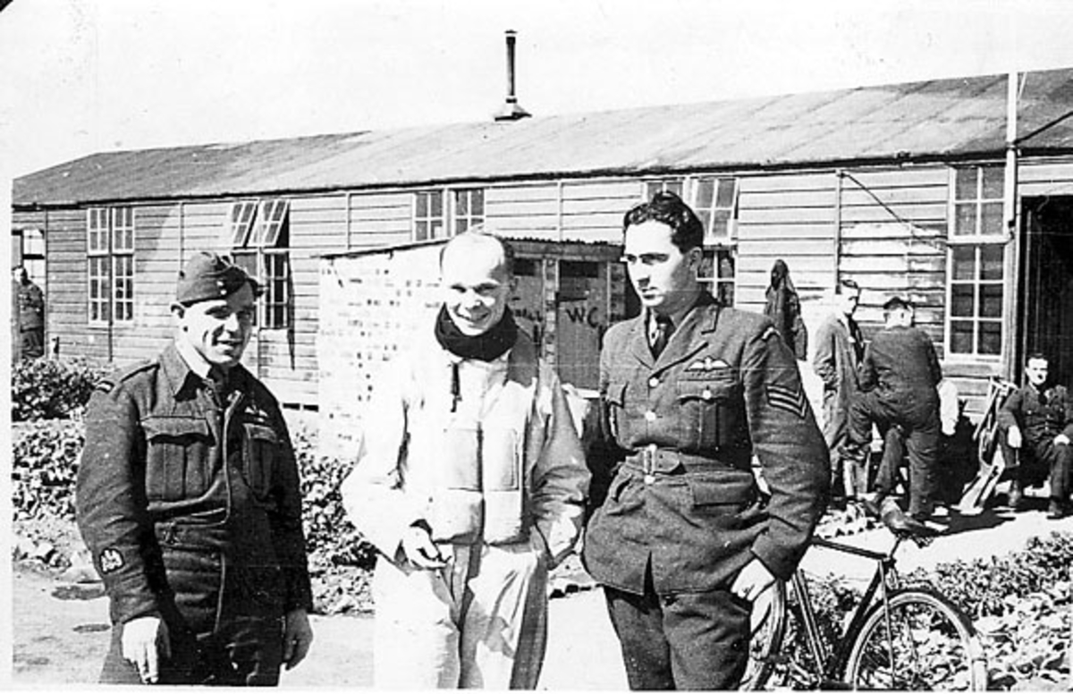 Portrett, flere personer, militære, i forskjellige uniformer foran eldre bygning.