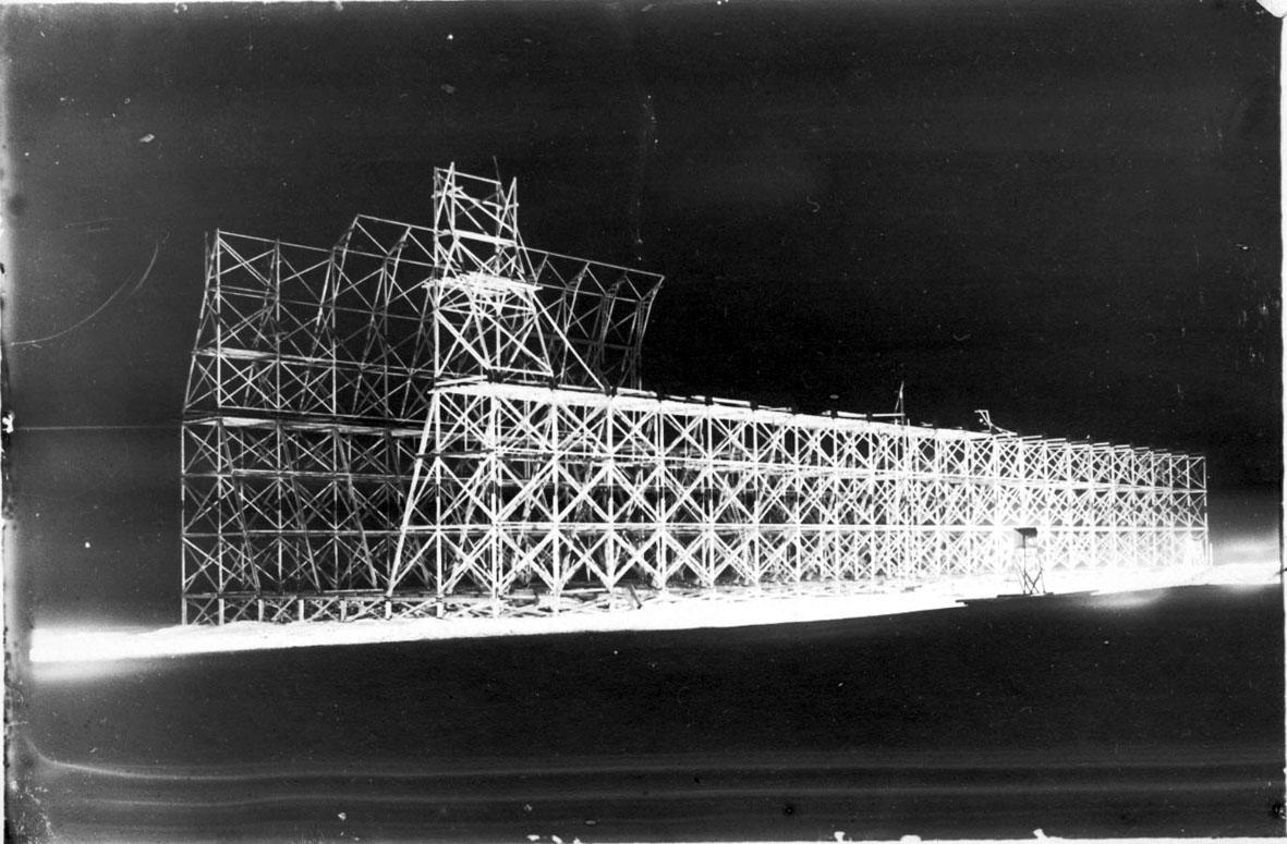 Luftskipshangaren under oppføring, ca. halverdig. Hangaren er opplyst med kraftig elektrisk lys.