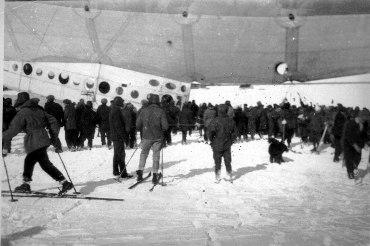 """Luftskipet """"Italia"""". Mange personer er samlet rundt luftskipet."""