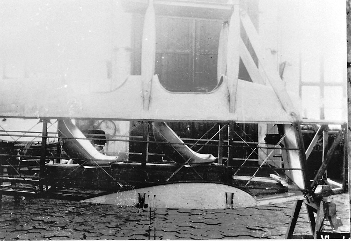 Fly, propellfly, dobbeldeldekker, Sääski II, under oppbygging, detaljer foran. Motoren er ikke på plass.