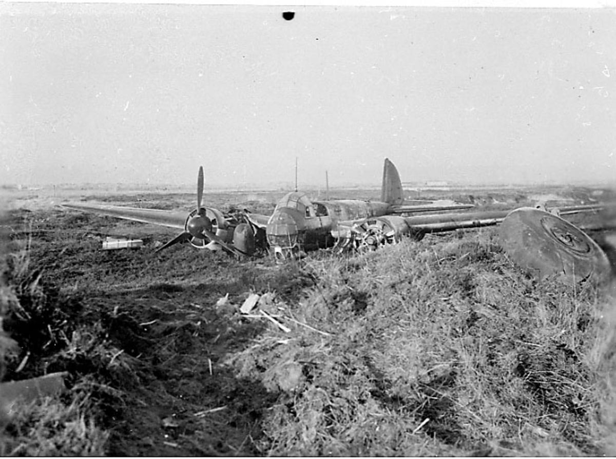 Flyvrak - flyhavari, Junkers JU-88 A eller D A6+FH. Ligger på bakken, sett skrått forfra.