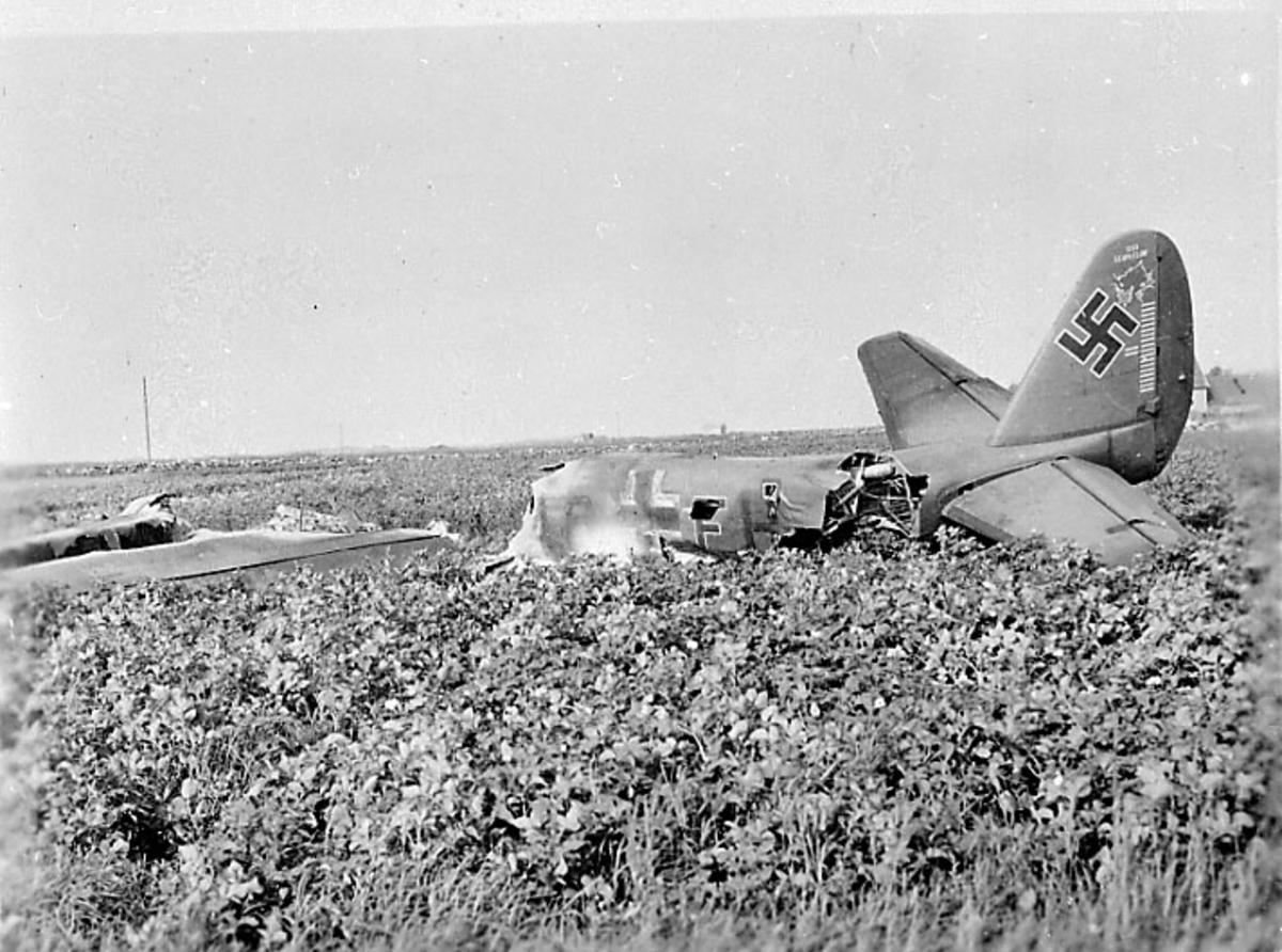 Flyvrak - flyhavari, Junkers JU-88 A eller D A6+FH. Ligger på bakken, sett skrått bakfra.