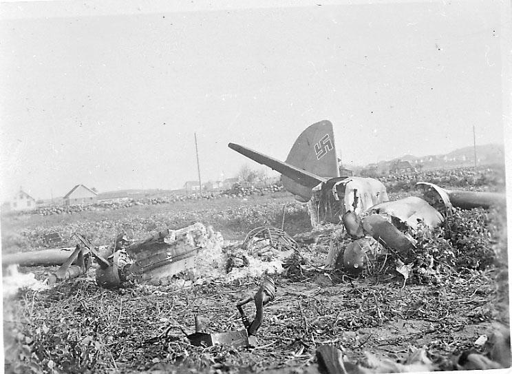 Flyvrak - flyhavari, Junkers JU-88 A eller D A6+FH. Ligger på bakken, Flere vrakdeler.