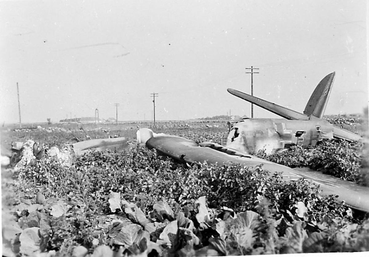 Flyvrak - flyhavari, Junkers JU-88 A eller D A6+FH. Ligger på bakken, Flere vrakdeler. Skrått bakfra.