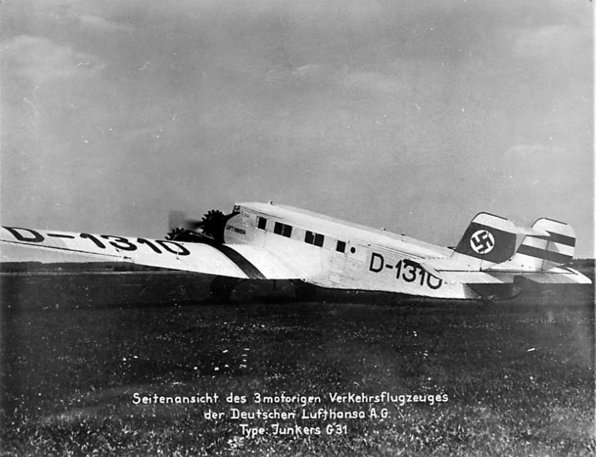 1 fly på bakken, Junkers Ju G 31, D-1310 fra Lufthansa. Står ute på åpen gresskledt plass, ant. lufthavn.