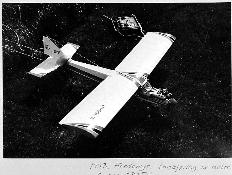 Fra album.  Foto av modellfly på modellflyplass, under innkjøring.