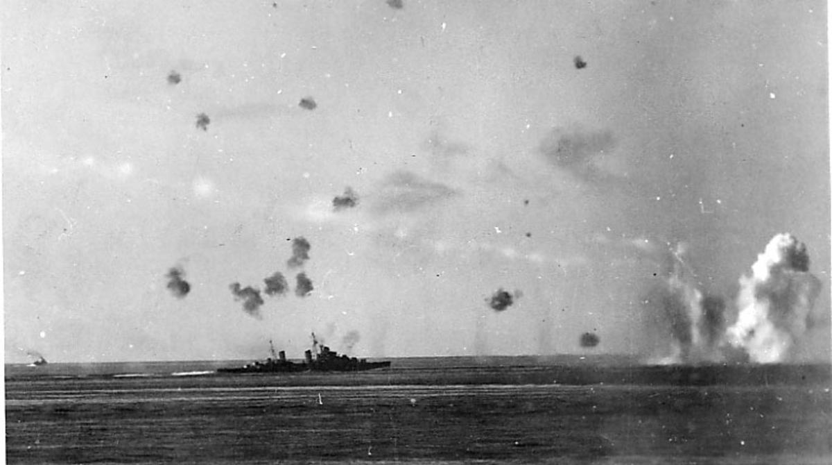 Marinefartøyer på havoverflata. Flere bombenedslag rundt fartøyene.