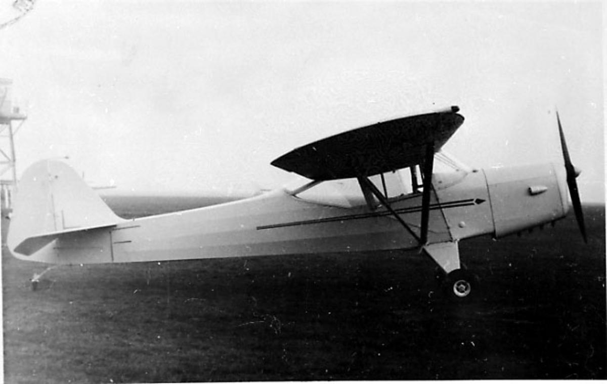 Lufthavn, 1 fly på bakken, Auster V J.1, LN-BAR, fra Bil & Fly A/S.