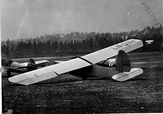 1 fly på bakken, SGU-1-9, LN-GBH, fra Valdres Flyklubb, ny eier fra 20.08.1957.