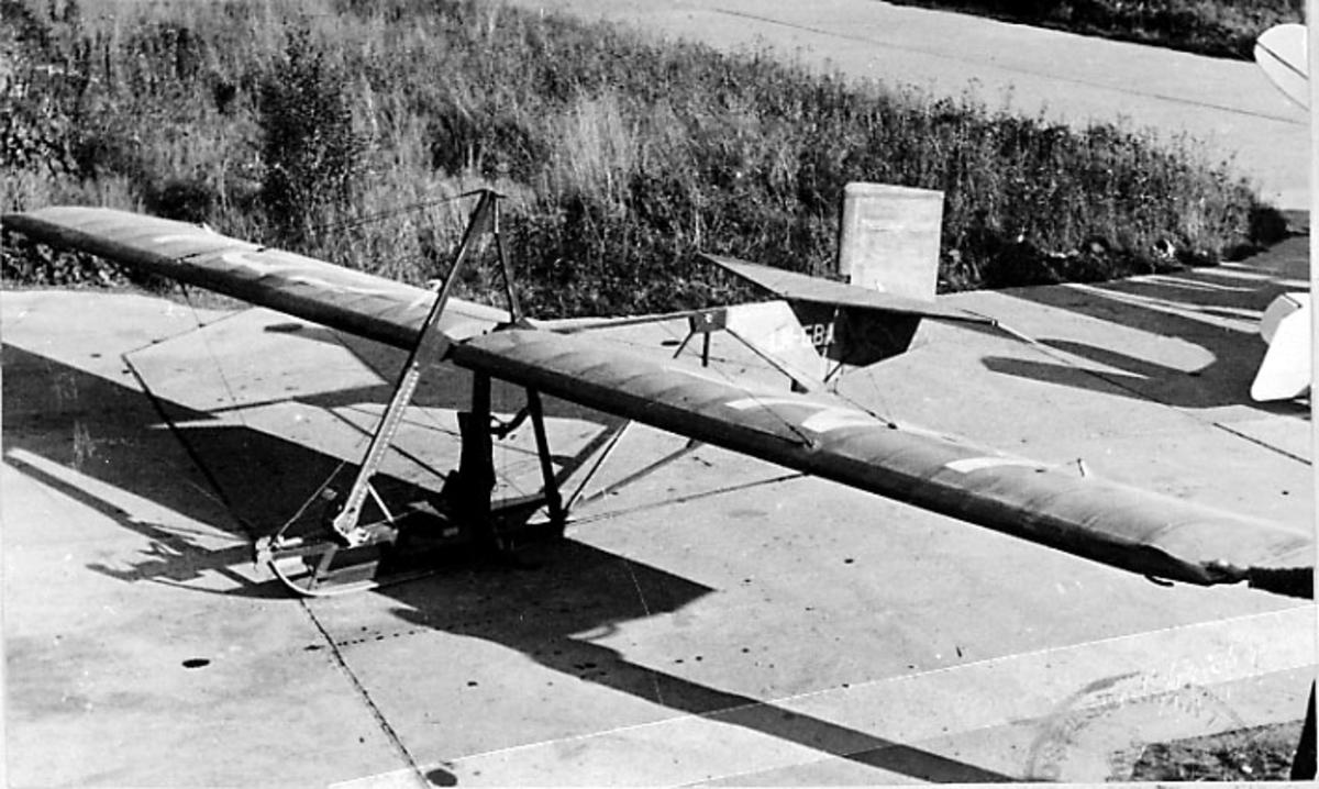 1 fly på bakken, Grunau 9, LN-GBA, fra Norges tekniske høgskole flyklubb.
