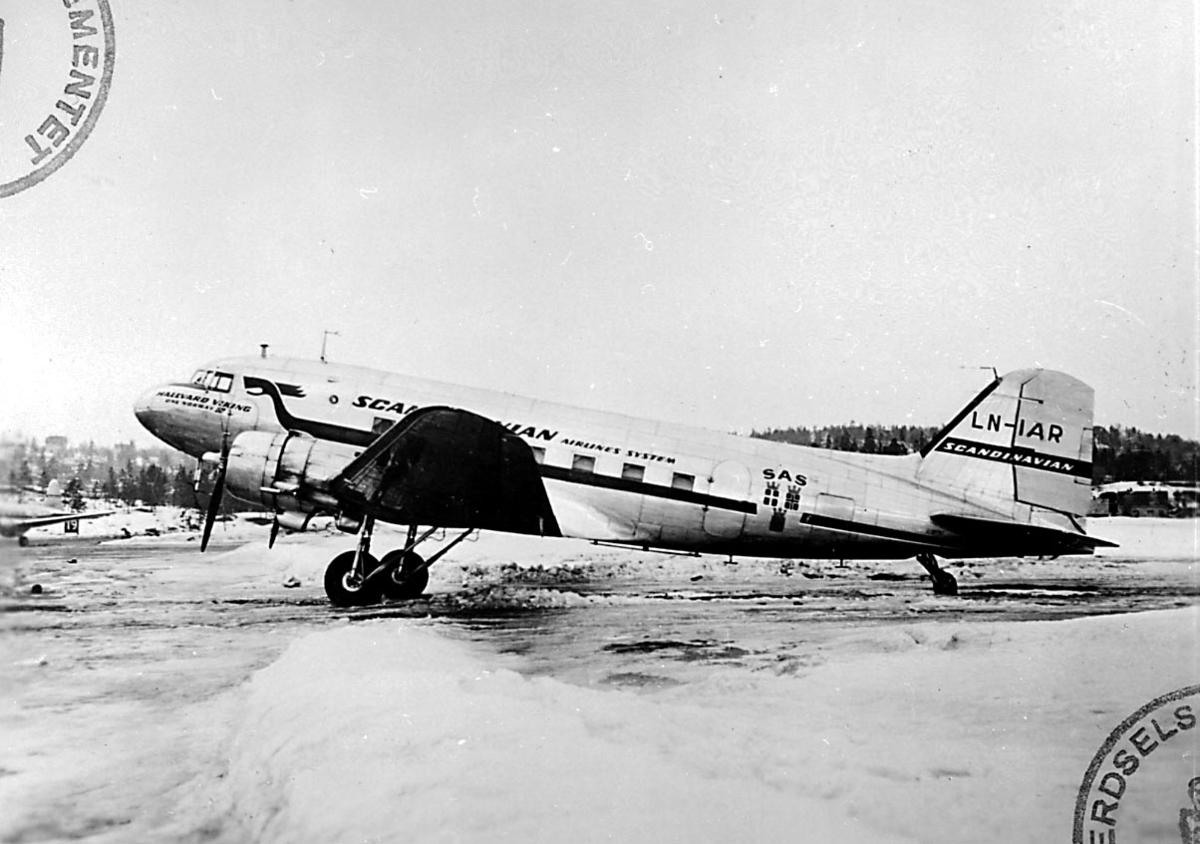"""Lufthavn, 1 fly på bakken, Douglas DC-3 C-47A Dacota, LN-IAP """"Nordkapp/ Hallvard Viking"""" fra Staten v/Forsvarsdepartementet."""