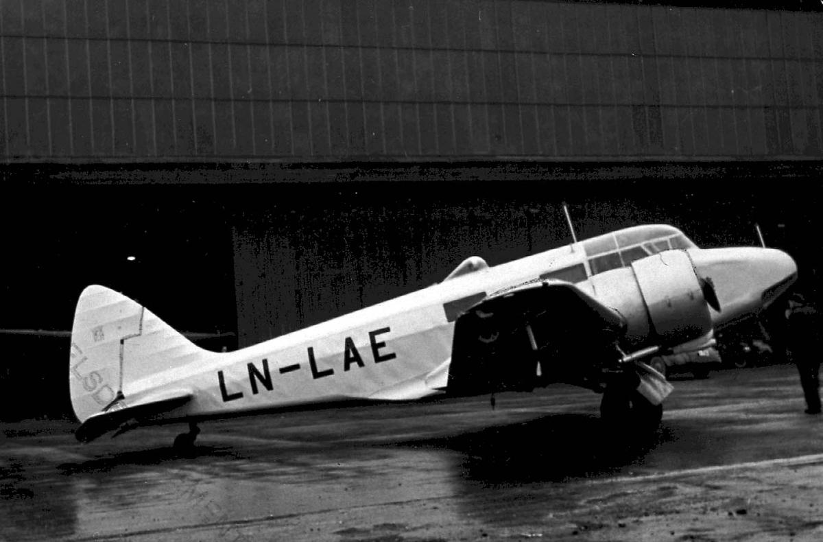 Lufthavn, 1 fly på bakken, Airspeed Oxfoird A.S.40 LDB 152 LN-LAE fra DNL.