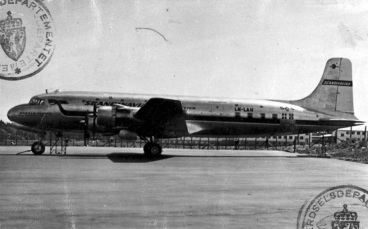 """Lufthavn, 1 fly på bakken, Douglas DC-6 477 B. LDB 252 LN-LAH """"Harald Viking"""" fra SAS."""