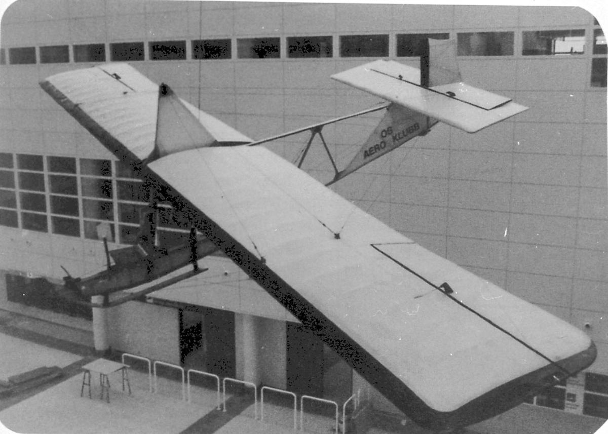 Maskinkopi av 1 foto. 1 fly Grunau 9. (Henger i taket inne i bygning).