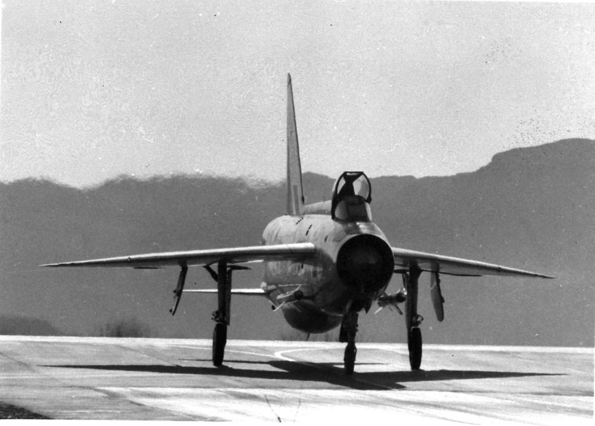 Lufthavn, 1 fly på bakken, Lightining BAC (Engl Electr) fra RAF.