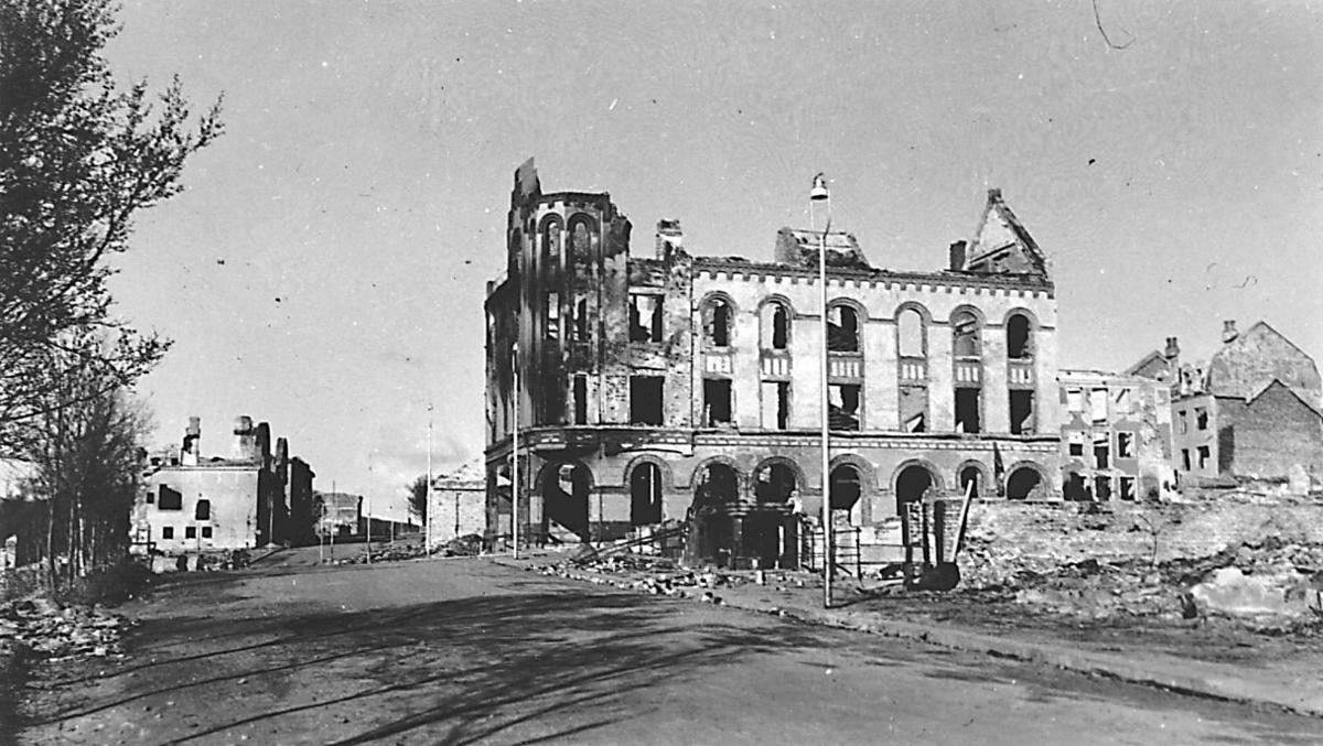 Tettsted - by. Flere bygninger i ruiner.