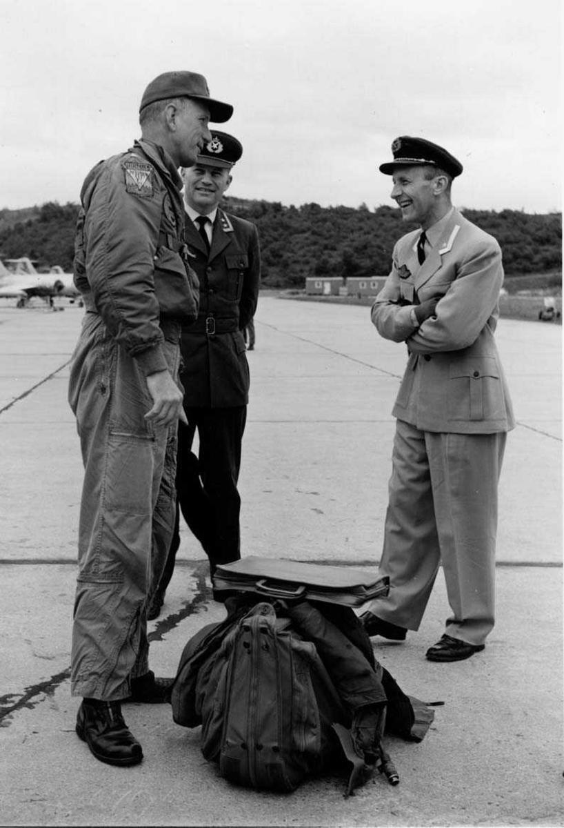 Gruppe  Tre prsoner, en i  flydress  to i uniform .