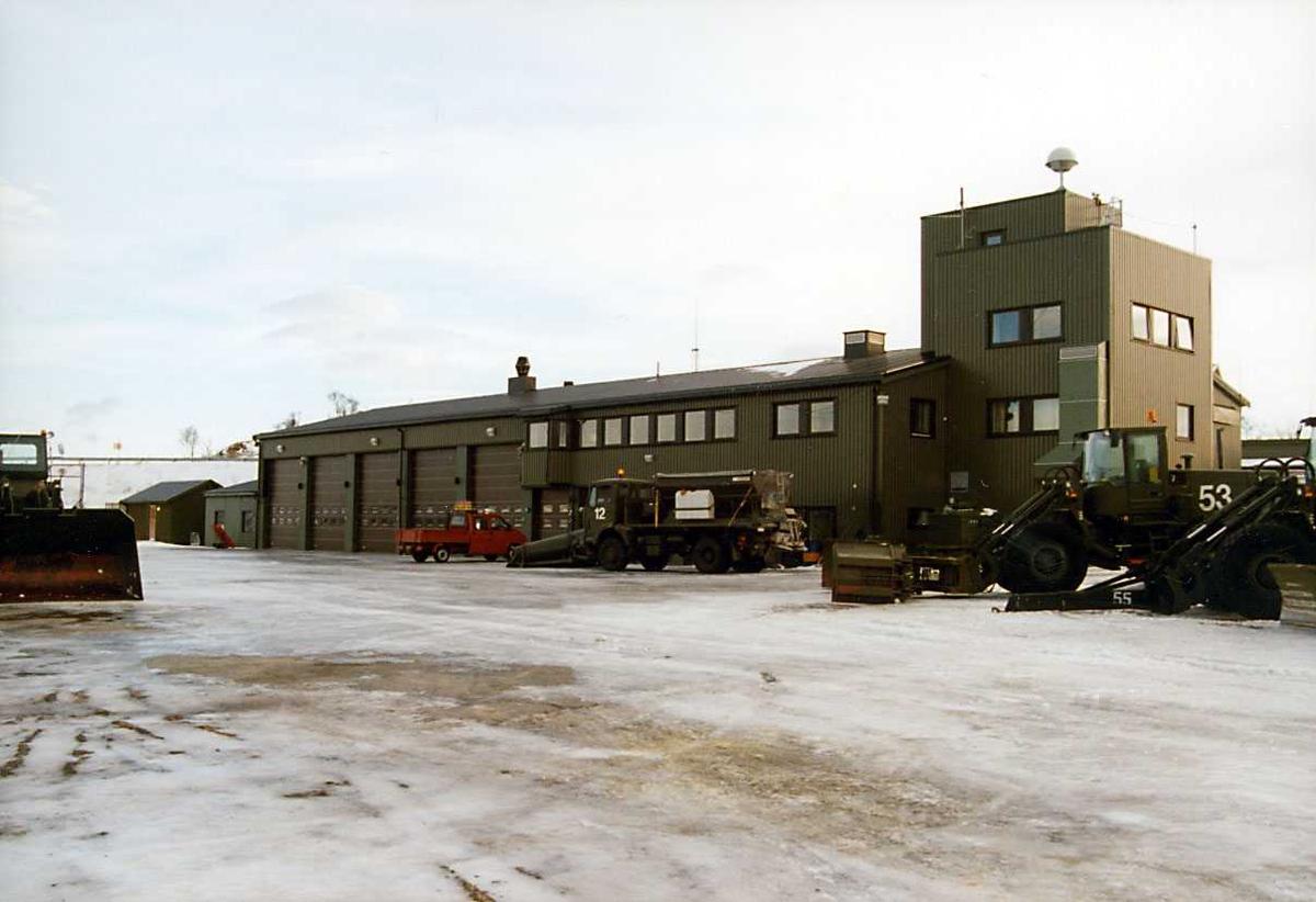 Lufthavn-flyplass.  Brannstasjonen, kjøretøyer/ brøyteutstyr i forgr.