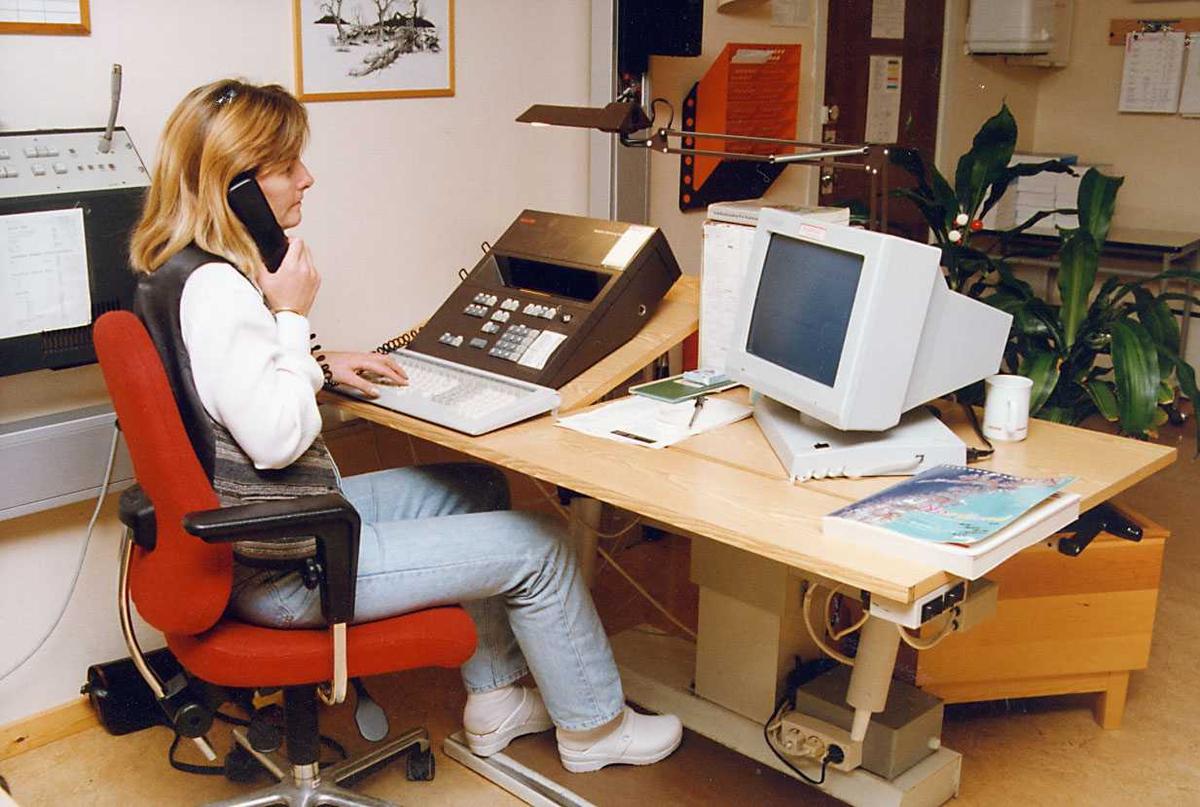 Portrett. En person betjener Telefonsentralen.