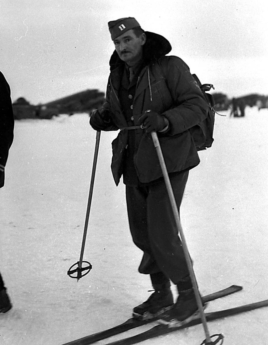 Portrett, 1 person, militært personell på ski,