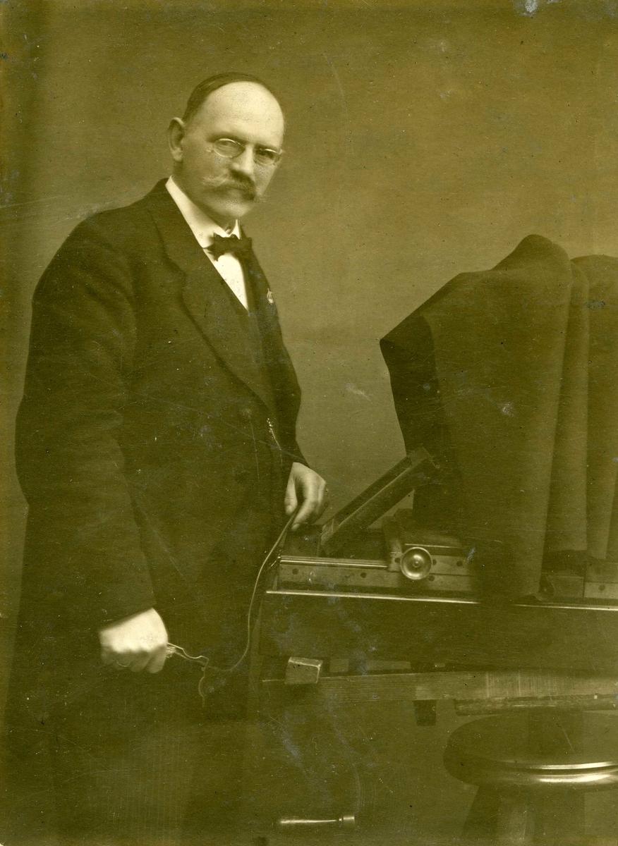 Portrett -  Fotograf Fredrik Thomas Krogh Monclair. f. 2/6 1865 - død 5/11 1947.