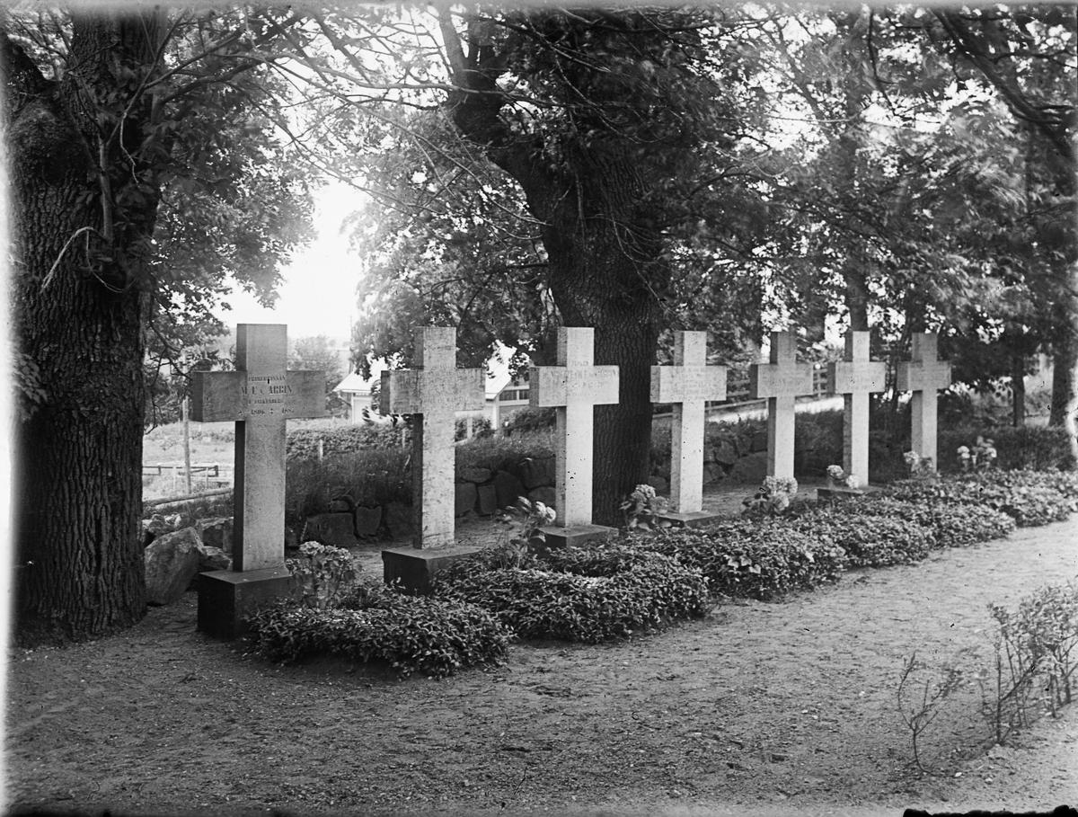 Gravkors på kyrkogård, sannolikt Uppland