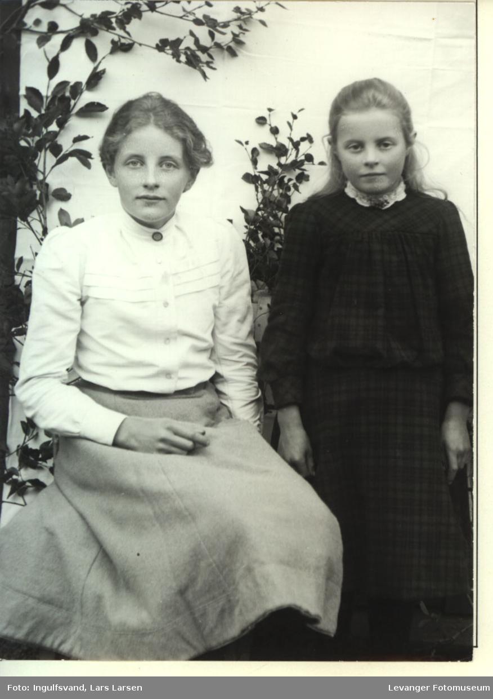 Portrett av en kvinne og ei jente.