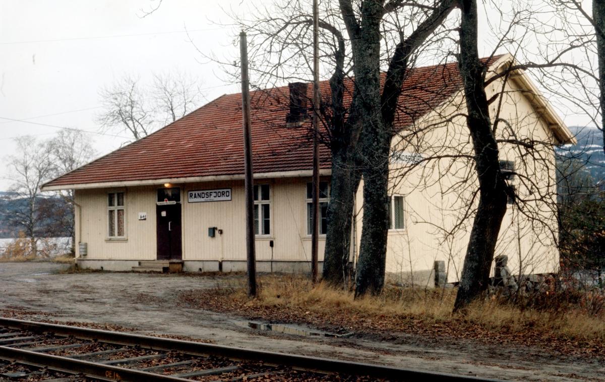 Randsfjord stasjon. Stasjonsbygning og godshus.