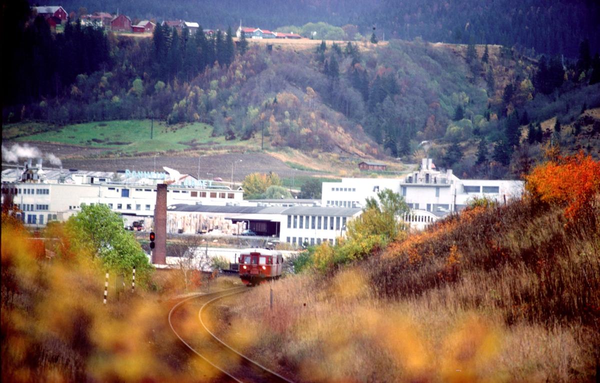 Persontog med NSB dieselmotorvogner type 86 ved Ranheim. Ranheim papirfabrikk i bakgrunnen.
