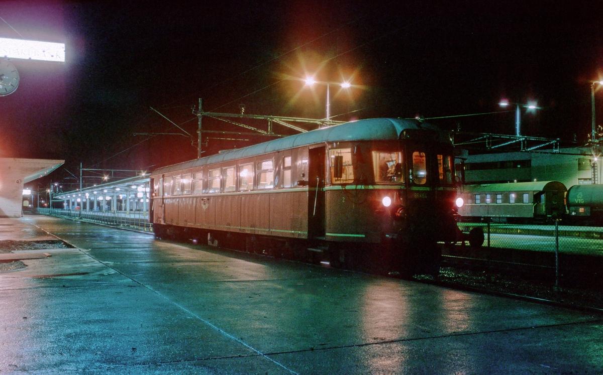 Dieselmotorvogn BM 86 64 på Trondheim stasjon. Lokaltog til Stjørdal.