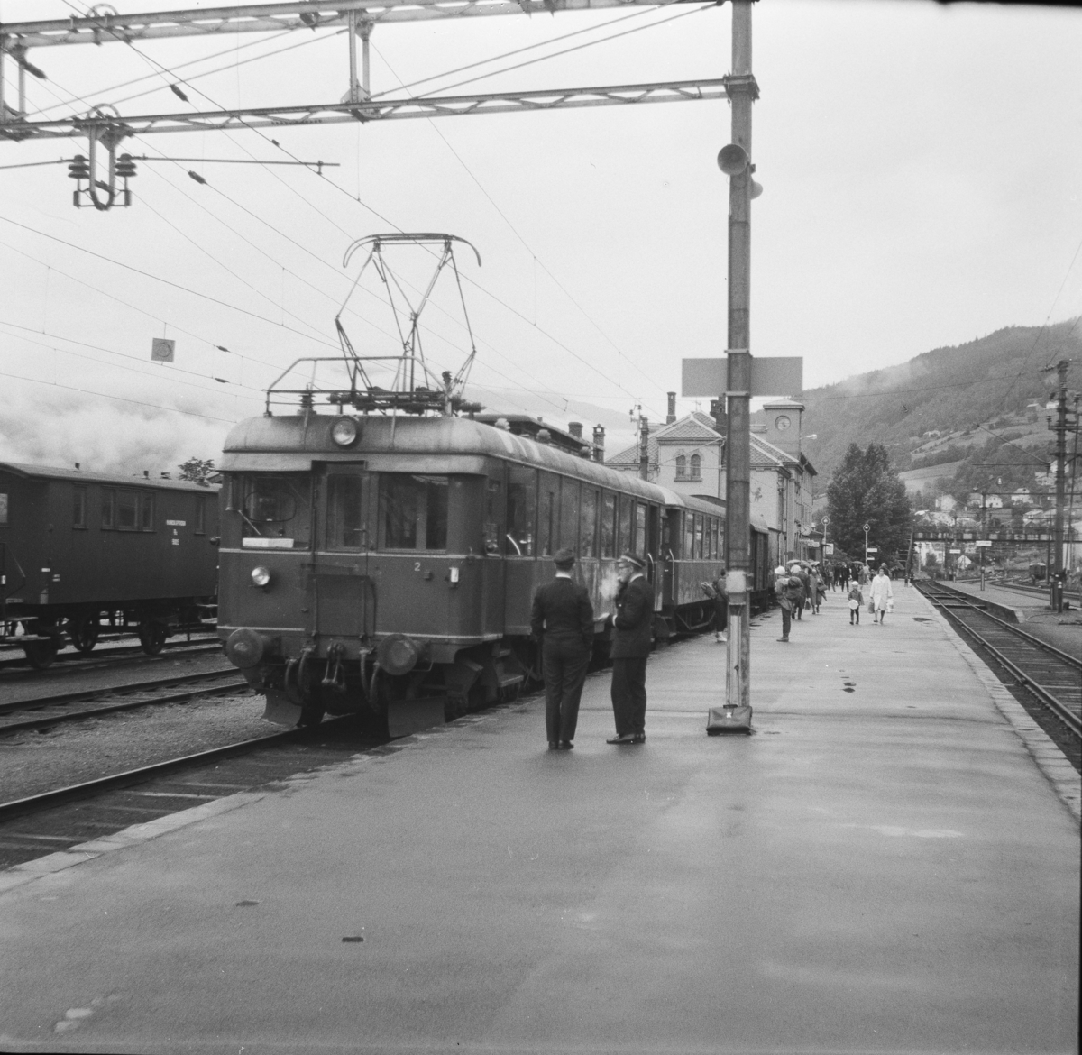 Tog til Granvin står klart til avgang på Voss stasjon.
