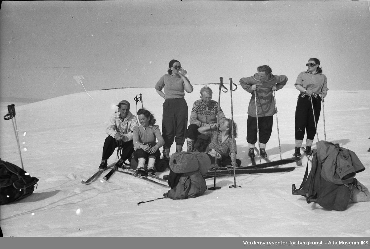 En gjeng med skigåere tar seg en pause på fjellet. Roar, to ukjente, John Lampe, ukjent, Per, ukjent.