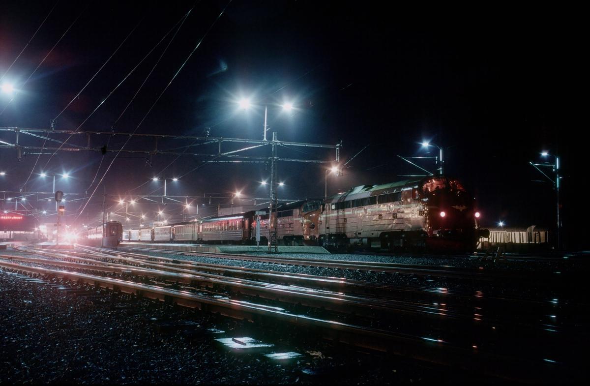 NSB sitt natthurtigtog 455 til Bodø står klar til avgang med to dieselelektriske lokomotiver type Di 3 på Trondheim stasjon.