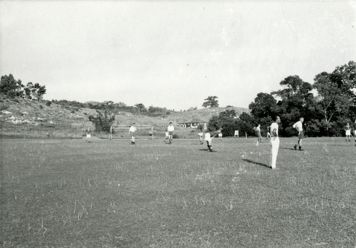 Mannskapet på T/S 'Kingsville' (b.1956, Lithgows Ltd., Port Glasgo), spiller fotball.
