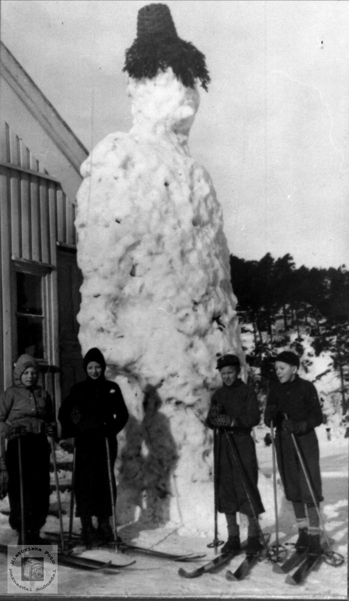 """Snømannen """"Goliat"""" på Eikså skole"""