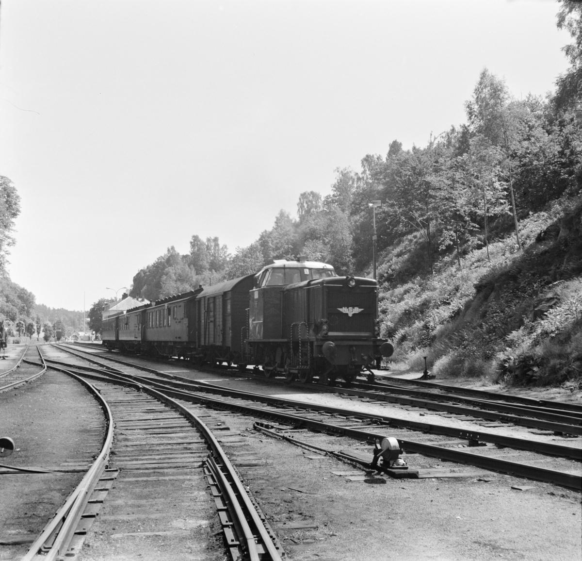 Persontog til Nelaug kjører ut fra Arendal stasjon, trukket av diesellokomotiv type Di 2.