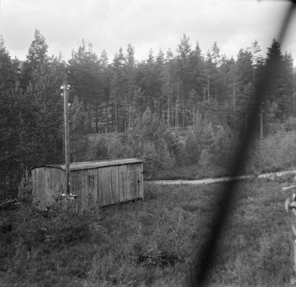 Vognkasse fra smalsporet godsvogn, hensatt langs Treungenbanen. Benyttet av NSBs baneavdeling.