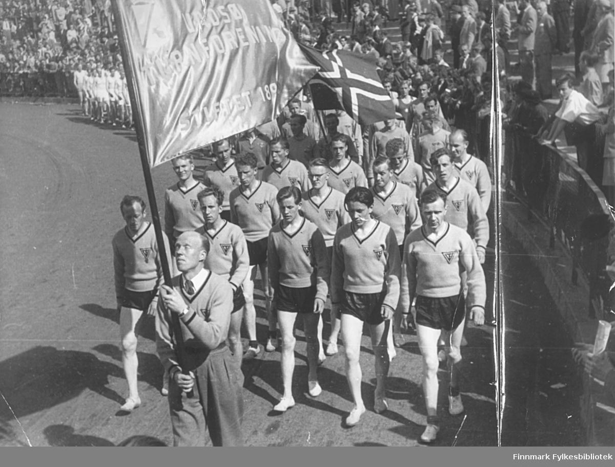 Vadsø turnforenings friidrettsgruppe deltok i Holmenkollstafetten i 1949. Her marsjerer de samlet inn på Bislett stadion