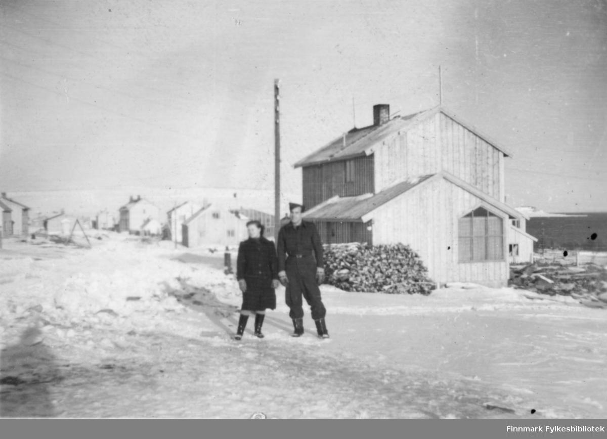 Sissi Hagen og Erling Kvam fotografert i Amtmannsgate rett nedenfor Vadsø kirke. Erling var i flyvåpenet på Kirkenes, og han har flyvåpenets uniform på bildet. Huset har i dag adresse Amtmannsgate 6